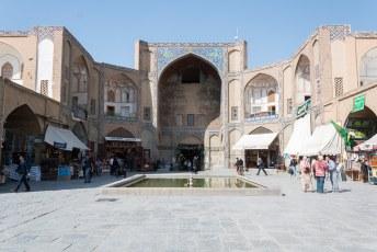 Maar eerst begonnen we met de Qeysarieh Poort aan de noordzijde van het Naqsh-e Jahan Imam plein.