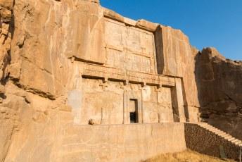 Ernaast ligt Artaxerxes de derde in een andere tombe.