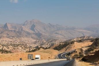 De wegen in Iran zijn verassend goed, en het landschap werd ook steeds mooier naarmate we de Iraakse grens naderden.
