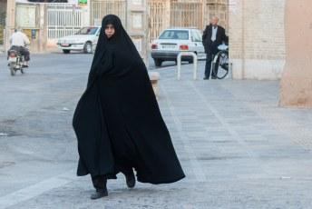 Vrouwen in Iran moeten verplicht het hele lichaam plus hoofdhaar bedekken. Vrouwelijke rondingen mogen ook niet zichtbaar zijn.