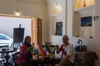 Wij waren wel even toe aan een drankje, in Iran zetten ze vaak een vlaggetje van je eigen nationaliteit bij je op tafel. Ze hadden alleen geen Colombiaanse vlag.