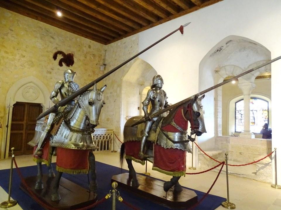 Sala Palacio Viejo armadura de torneo caballos Alcazar de Segovia 01