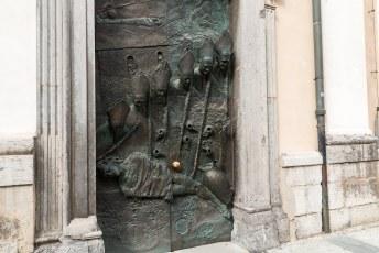 De goedheiligman steekt zelfs met zijn hoofd uit de deur terwijl hij een stout kindje slaat met zijn staf.
