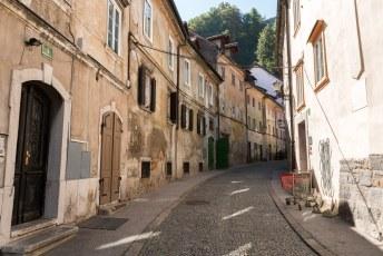 Via dit smalle straatje kom je bij de ingang van het treintje en het pad omhoog.