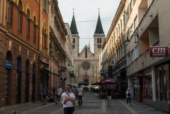 De Strossmayerova straat die uitkomt bij de Heilige Hart Kathedraal. De grootste kathedraal van Bosnië, gebouwd met de Notre Dame uit Parijs als voorbeeld.