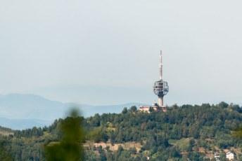 De TV-toren die in de oorlog aan gort is geschoten maar nog wel overeind staat.