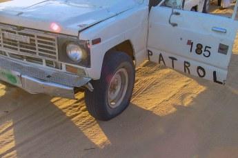 Ongelofelijk, onze chauffeur kreeg het voor elkaar om een band lek te rijden in mul zand.
