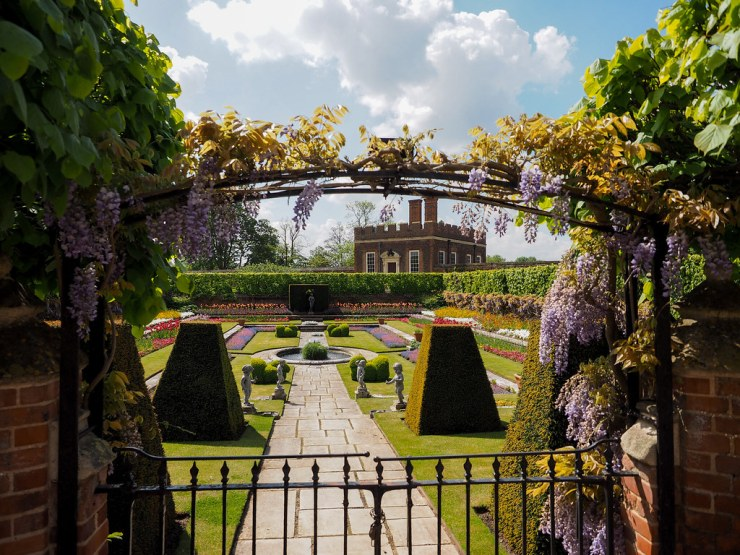 From Tudor kitchens to Baroque apartments, Hampton Court Palace is a joy to behold. An easy day trip from central London, the palace of King Henry VIII is not to be missed! #england #london #palace #hamptoncourt