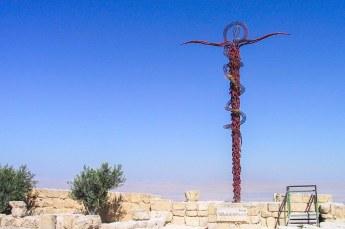 Bovenop staat dit monument: the brazen serpent. Als je gebeten wordt door een slang moet je hier naar kijken en genees je.