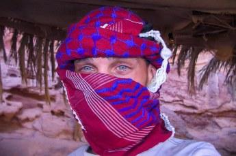 Daarna volgde een ritje door de woestijn, dus we moesten ons beschermen tegen het zand.