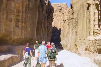 Via een smalle kloof (al-Siq) in de berg wandelden we het laatste stuk.