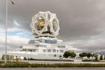 Vlakbij staat het Palace of Happiness, een gebouw speciaal voor huwelijksvoltrekkingen en de aansluitende zuippartijen.