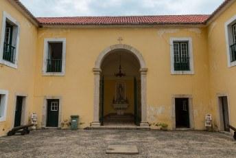 De standbeelden staan voor het fort São Sebastião, speciaal gebouwd om Hollanders te weren. Mooi niet gelukt want ik was er toch.