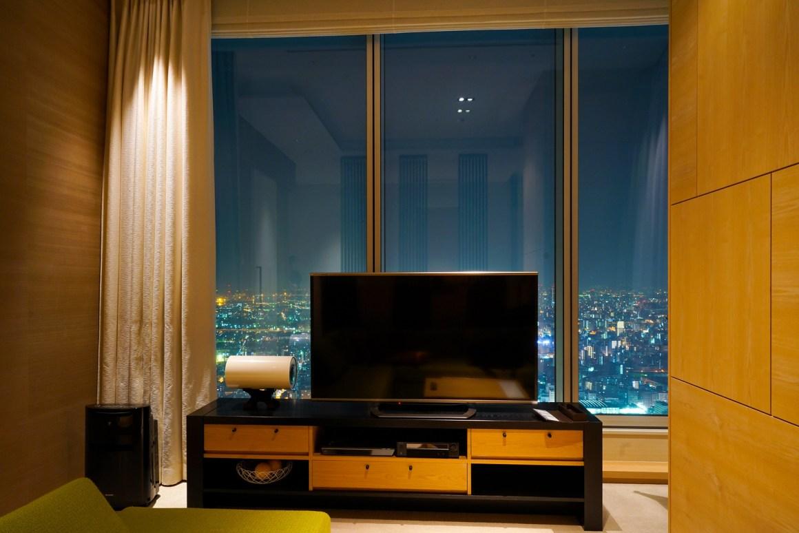 大阪萬豪都酒店 套房客廳電視和景觀