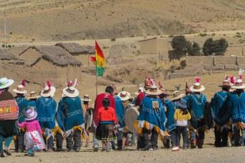 Ook in de dorpjes onderweg naar La Paz werd druk feest gevierd.