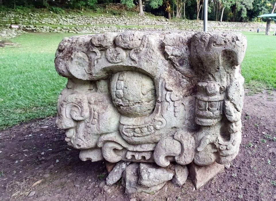 Altar de Estela D de piedra sitio arqueologico Maya de Copan Honduras 03