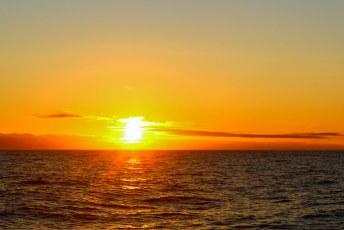 Zonsondergang op volle zee.
