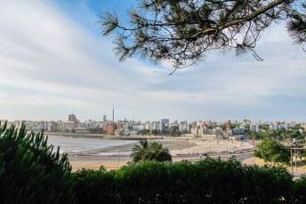 Ciudad Vieja met op de voorgrond het strand van Monte Video.