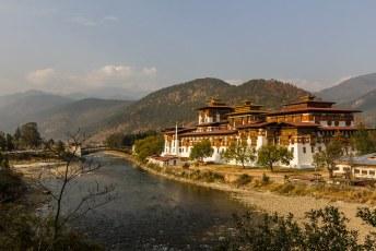 Aan de overs van de Pho Chhu (vader) en Mo Chhu (moeder) rivieren.