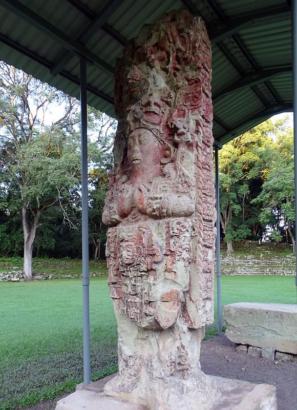 Estela C de piedra policromada Rey conejo 18 viejo sitio arqueologico Maya de Copan Honduras 01