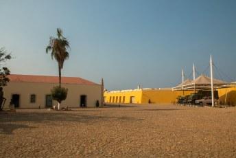 In het gebouw links is een expositie van speren en oude geweren, en rechts staan oude voertuigen uit de tijd van de onafhankelijkheisstrijd.