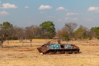 ....kapot geschoten tanks. Er is in dit land sinds de onafhankelijkheidsstrijd in 1975 begon tot 2002 gevochten.