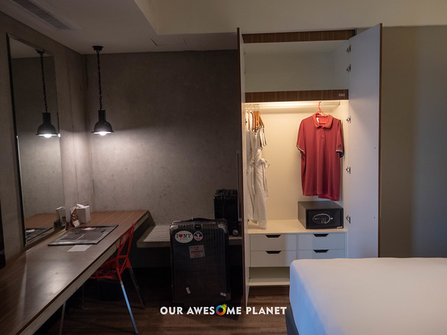 B Hotel Room 801-10.jpg