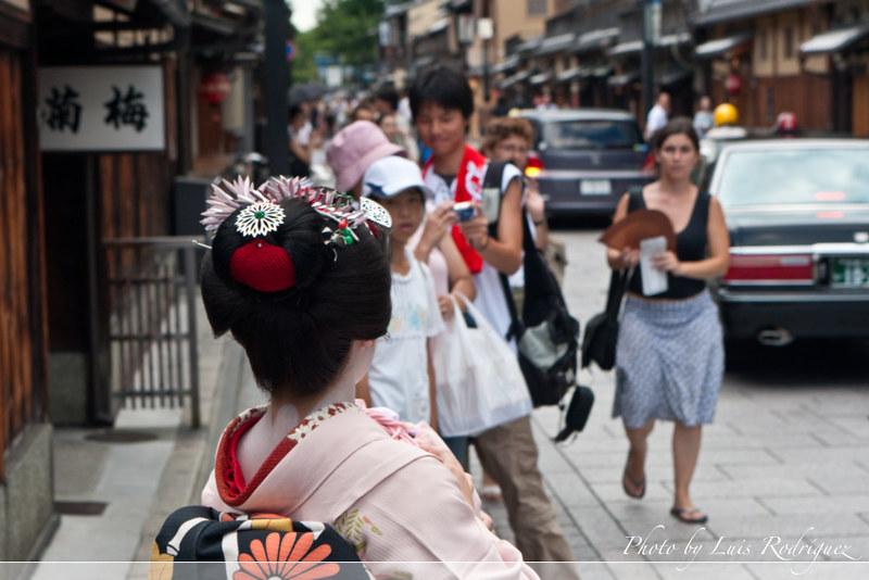 Maiko Mametomi en la calle Hanamikoji de Gion Kobu