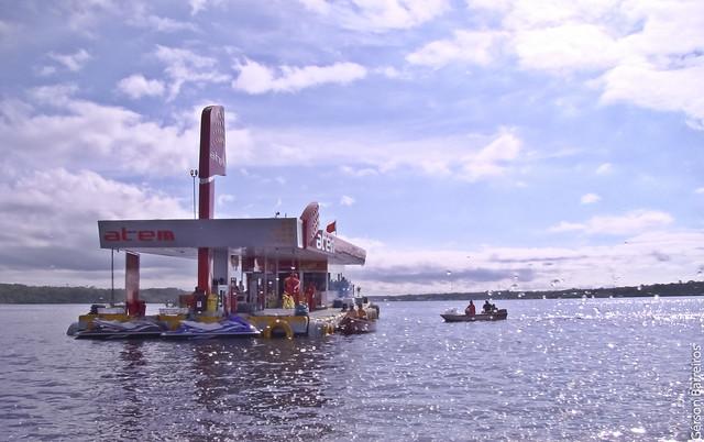 Gas Station in the middle of the river! Até no meio do rio tem!