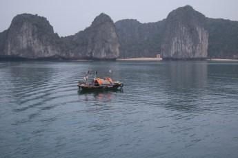 Fischerboot vor drei Felsen