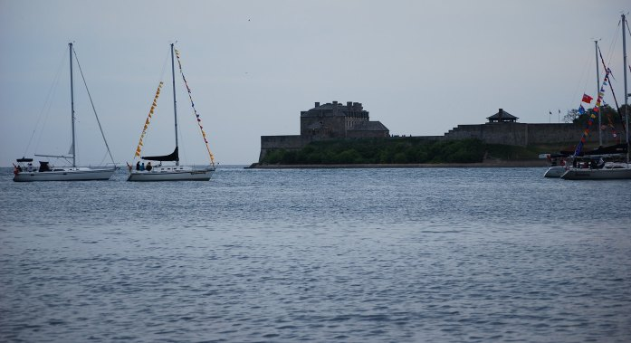 Lago Ontario con veleros fondeados y Fort George al fondo