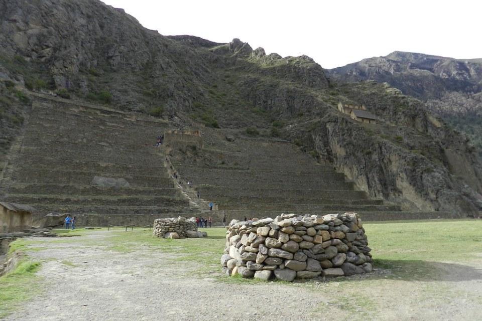 Plaza Mañay Raqay Plaza de las peticiones Andenes o terrazas escaleras Sitio Arqueológico de Ollantaytambo Perú 28