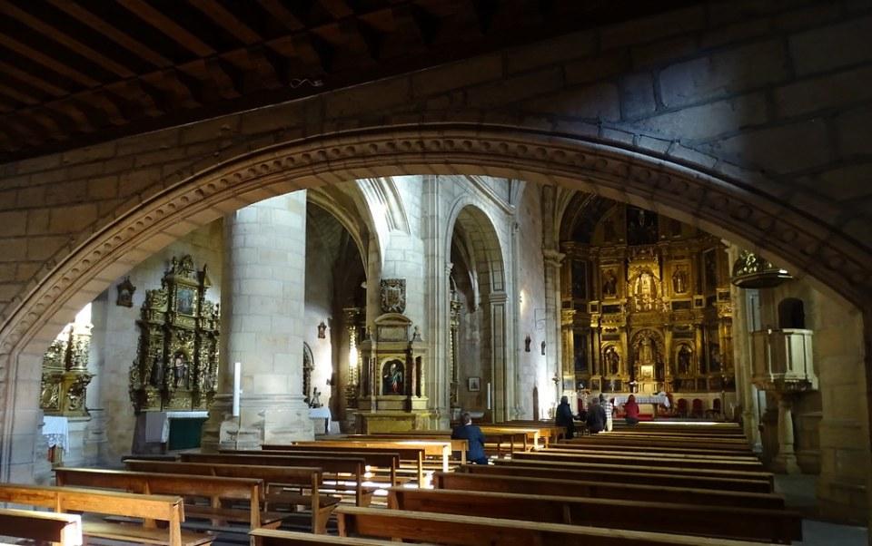 nave central altar Mayor interior Iglesia Nuestra Señora del Pino Vinuesa Soria 04