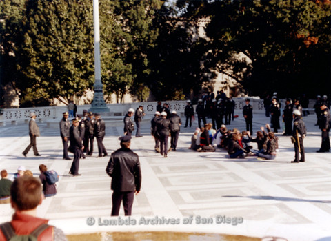 P019.249m.r.t Second March on Washington 1987: People sitting behind the Capitol Building with police presence