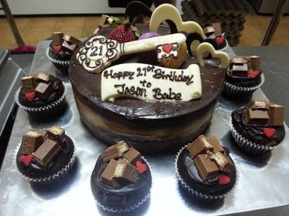 1kg chocolate indulgence + 10 kit kat cupcake