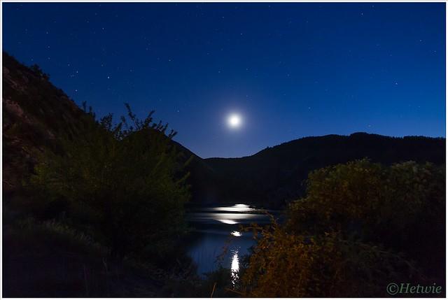 maan boven Lac de Castillon (7D030798)