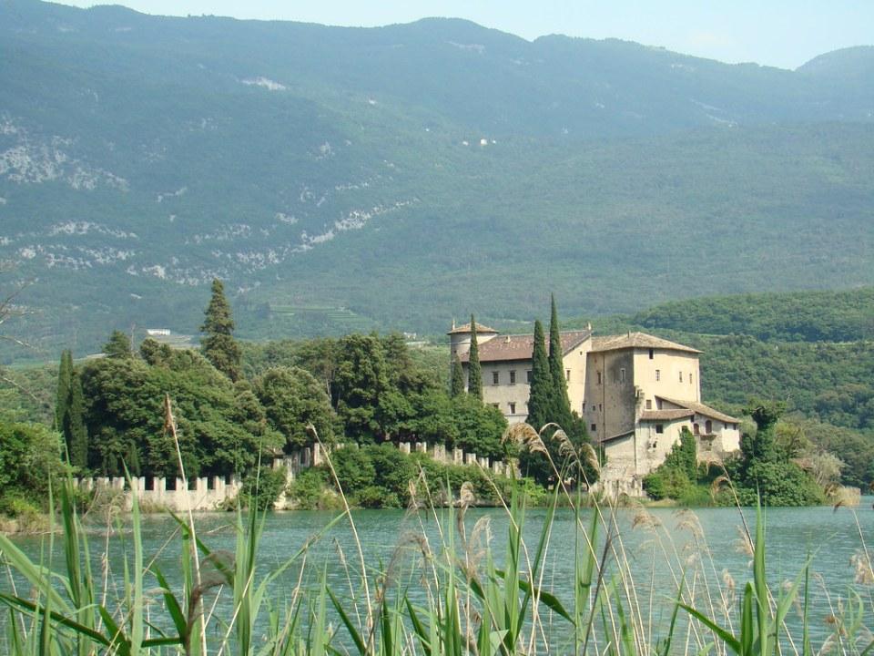 Lago Toblino vista del Castillo Toblino provincia de Trento Italia 21