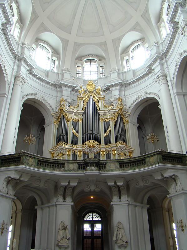organo interior Catedral de la Santisima Trinidad o Hofkirche catolica Dresde Alemania 09
