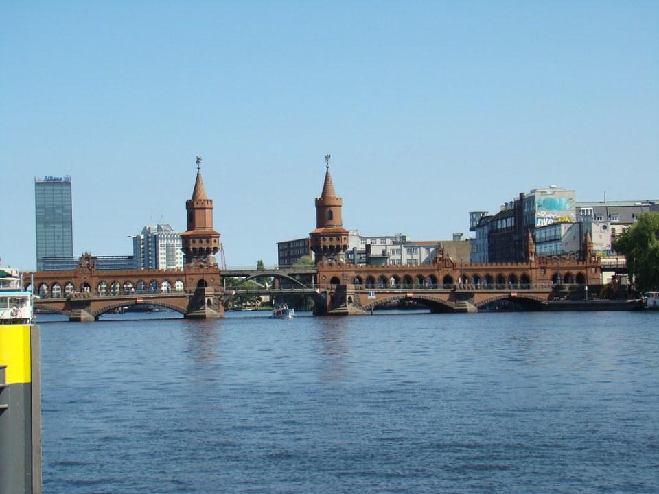 Berlin puente de Moltke Moltkebrücke crucero por el rio Spree Alemania 04