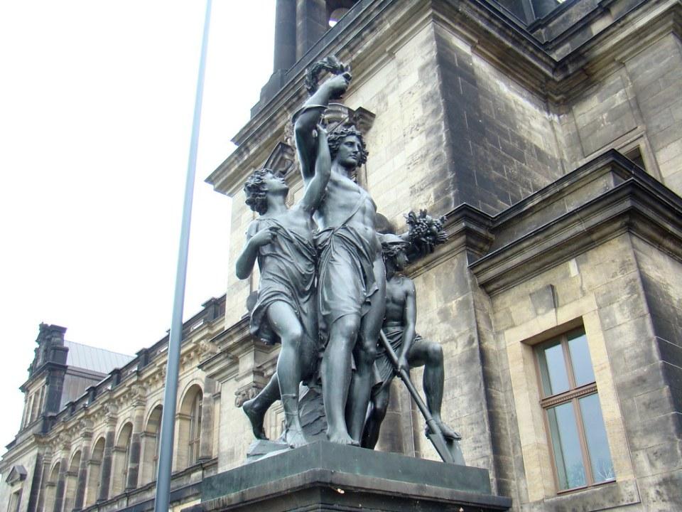 """Monumento estatua grupo escultorico: Los Cuatro Momentos del Dia """"El Mediodia"""", el trabajo y esfuerzo, escultor Johannes Schilling (1828-1910), en Terraza Bruhl, Dresde Alemania 06"""