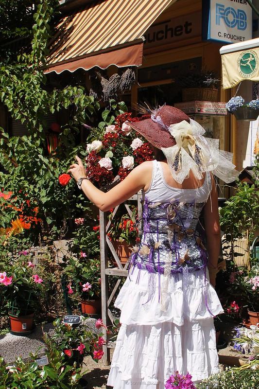 Entourée de fleurs