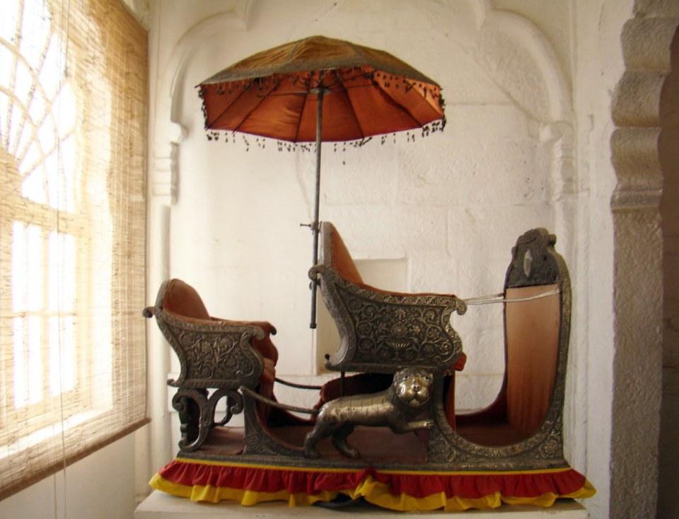 sombrilla ceremonial payung y Howdah imperial de plata asiento para montar en elefante Museo del Fuerte Mehrangarh en Jodhpur India 34
