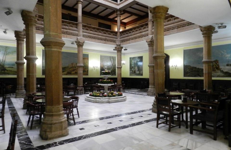 patio de columnas fuente de marmol de Carrara Liceo de Orense 06
