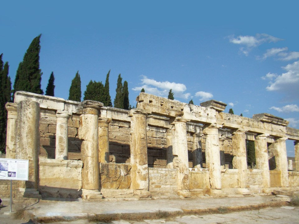 Letrinas y calle principal via Plateia antigua ciudad de Hierápolis Pamukkale Turquía  11
