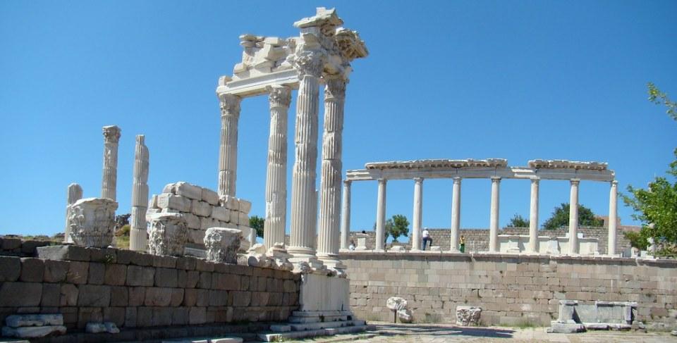 Turquia Acropolis Pergamo Templo de Trajano y Stoa 14