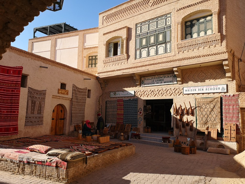 edificio exterior gran boutique de la Medina de Tozeur Tunez