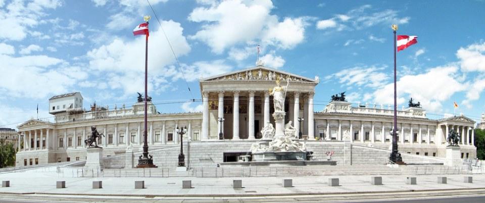 Fuente de Palas Atenea escultura estatua exterior Parlamento en Viena de Austria Patrimonio de la Humanidad Unesco 01