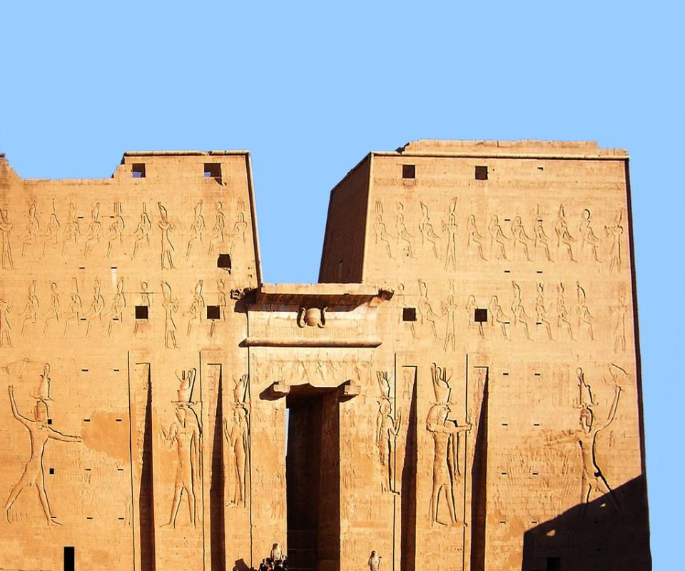 portada entrada pilono exterior Templo de Horus Edfu Egipto