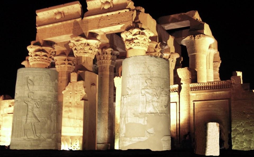 portada entrada de noche Templo Kom Ombo dedicado a los dioses de Sobek y Haroeris Egipto 04