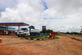En deze benzinepomp hanteert prijzen in Mozambikaanse Metical, terwijl de weg dus in Malawi ligt.